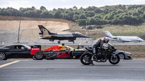 """شاهد.. دراجة نارية تهزم طائرة """"f16 """" في سباق سرعة بتركيا"""
