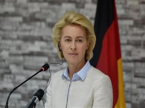 وزيرة الدفاع الألمانية تعتذر للمواطنين عن تسبب الجيش في حريق بمنطقة مستنقعات