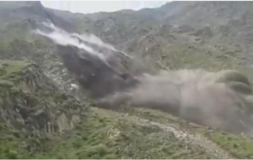 شاهد.. مشهد مُخيف لانهيار جبل بالقرب من إحدى قرى ريمة