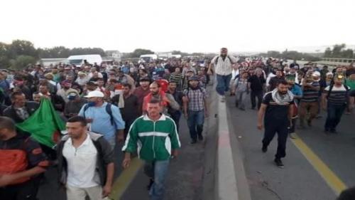 آلاف العسكريين يحتجون..ماذا يحدث بالجزائر؟