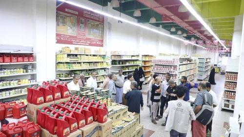 هايبر المستهلك يواصل تخفيضاته للمواد الغذائية الرئيسة لمساعدة المواطنين بالمكلا