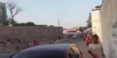 شاهد.. الحرس الرئاسي بالمعاشيق يفرق تظاهرة ضد بن دغر بالرصاص