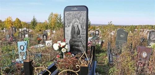 """شاهد  """"آيفون""""  ضخم على قبر فتاة يدهش العالم!"""