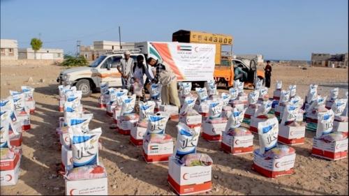 بالصور.. الهلال الأحمر الإماراتي يواصل مساعدة الفقراء بقرى لحج وحضرموت