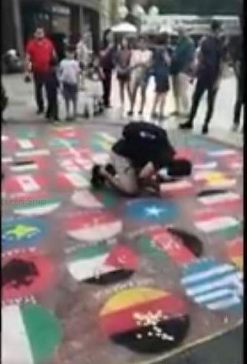 انحنى باكيا.. شاب يمني يقبل علم بلاده في فعالية أوروبية