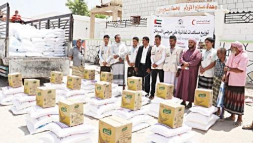«الهلال الأحمر الإماراتي» تسيّر قوافل غذائية للمكلا وتدعم مرضى الأورام بشبوة