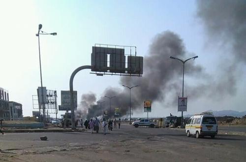 بالصور.. محتجون يغلقون شوارع رئيسية في عدن