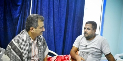 أمين عام الانتقالي يطمئن على الوضع الصحي لمدير عام مديرية المعلا فهد المشبق