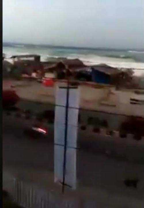 """شاهد.. """"تسونامي"""" يغمر أحد شوارع بالو بإندونيسيا"""
