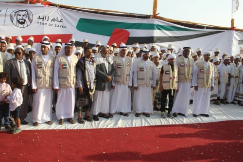 شاهد.. الهلال الإماراتي يقيم عرسا جماعيا في مدينة الخوخة لـ200عروس وعريس.