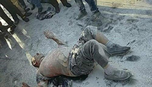 """بالصور..""""سياسات طهران"""" تدفع مواطنا إيرانيا للانتحار أمام مبنى البلدية"""