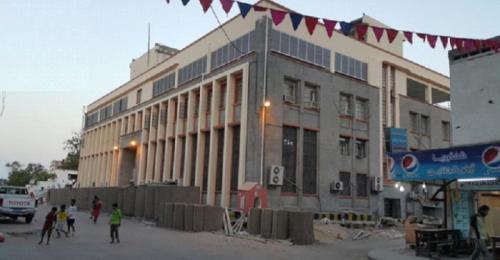 وصول محافظ البنك المركزي واللجنة الاقتصادية إلى عدن