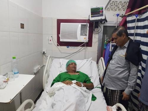 محافظ حضرموت يطمئن على صحة الشخصية السياسية والاجتماعية الأستاذ عبدالمجيد وحدين