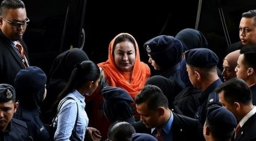 زوجة رئيس الوزراء السابق عبد الرزاق تواجه 17 اتهاماً بغسل الأموال