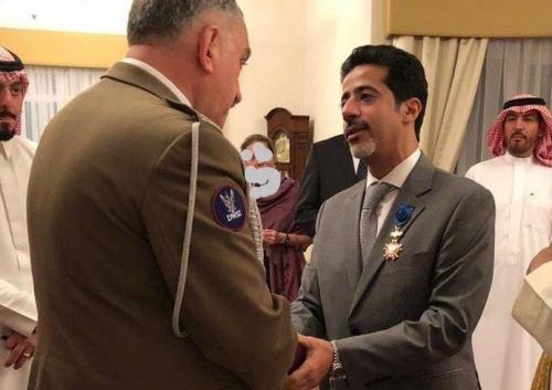 شاهد.. بولندا تمنح طبيباً سعودياً وسام الشرف
