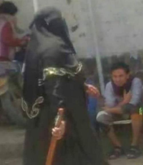 مليشيا الحوثي تستعين بتلك السيدة لتأديب المتظاهرات بصنعاء (صورة)