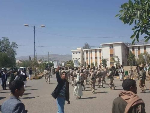 """بالصور.. اعتقال 8 طالبات بجامعة صنعاء.. وتحركات حوثية لقمع """"ثورة الجياع"""""""