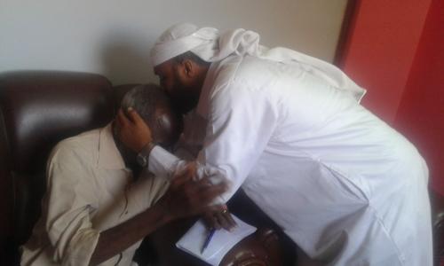 لقاء الدموع.. يمني يلتقي بمعلمه في السودان بعد 35 عاما من البحث