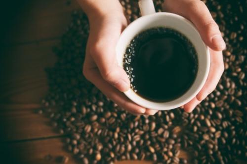 دراسة صادمة عن تناول القهوة بعد الاستيقاظ من النوم