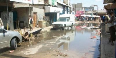 عدن.. المنصورة تغرق بمياه الصرف الصحي والحكومة غائبة