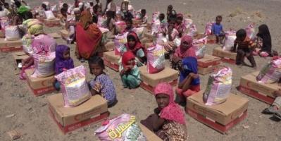 الهلال الإماراتي يوزع مساعدات اغاثية على قرى الزهاري بالمخا