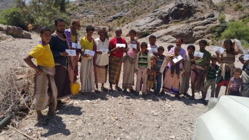 حلف أبناء يافع يقدم مساعدات مالية لـ 300 أسرة في الأزارق بالضالع