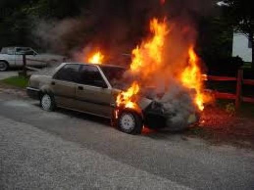 """لرفضه إعطاءه """"ريموت"""" التلفاز.. أمريكي يحرق سيارة زوج والدته"""