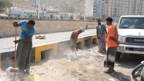 """حملة لإزالة المخلفات في مجرى السيل بحضرموت استعداداً لإعصار """"لبان"""""""