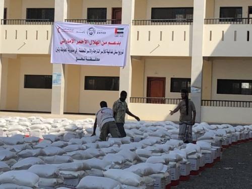 بالصور.. مساعدات غذائية من الإمارات لمديريات لحج