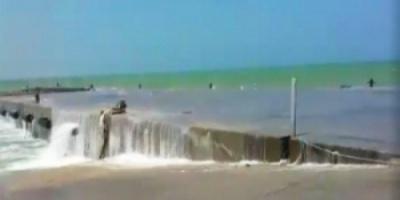 """شاهد.. إعصار """"لبان"""" يؤثر على منسوب المياه بشواطئ سقطرى"""