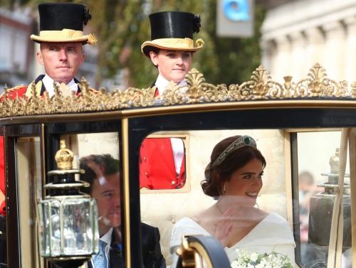 «شاهد» فستان زفاف حفيدة ملكة بريطانيا يكشف عن مفاجأت في جسدها