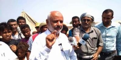 بعد قصفه من قبل الحوثيين.. محافظ الحديدة يزور مخيم للنازحين «صورة»