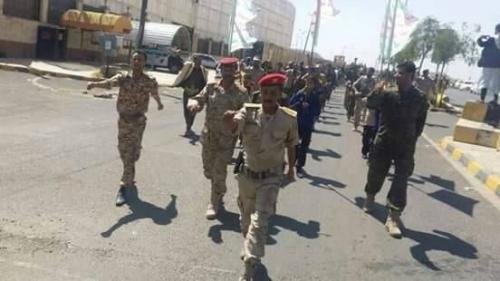 لخوفها من تظاهرات الجياع.. مليشيا الحوثي تقيم عرضا عسكريا لإرهاب المواطنين