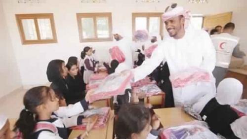 الهلال الأحمر الإماراتي يوزع 6 ألاف حقيبة مدرسية على الطلاب باليمن