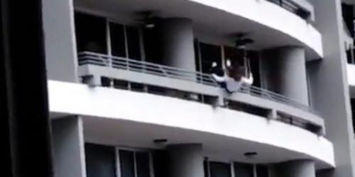 بالفيديو.. فتاة تسقط من شرفة بالطابق السابع والعشرين أثناء التقاط سيلفي