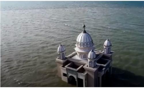 المسجد العائم يرفض الخضوع أمام الزلزال ( صور )