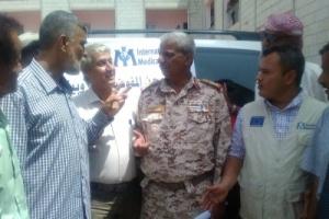 الهيئة الطبية الدولية تسلم مكتب صحة لحج ثلاث سيارات إسعاف