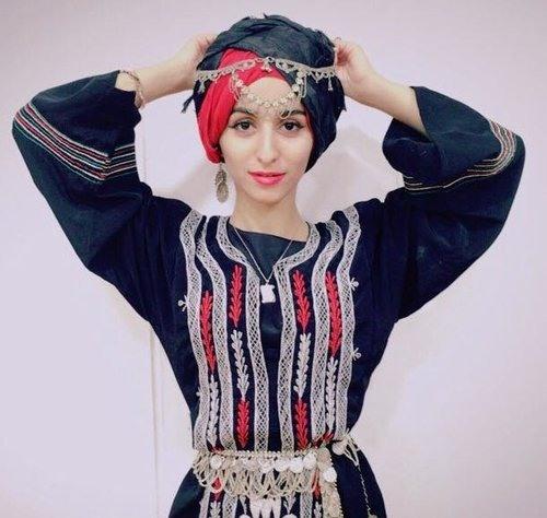 جميلة اليمن تشعل مواقع التواصل الاجتماعي بملابس من التراث..  فيديو
