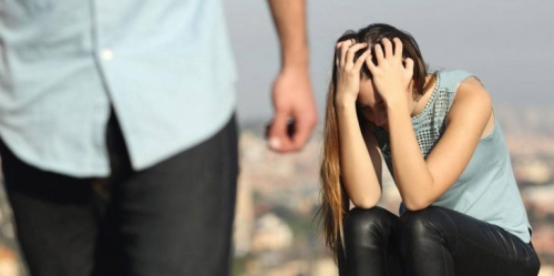 عذبتها وقصت شعرها وصورتها عارية.. امرأة تخطف عشيقة زوجها