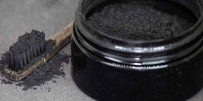 تبييض الأسنان بالفحم.. مفيد أم ضار؟