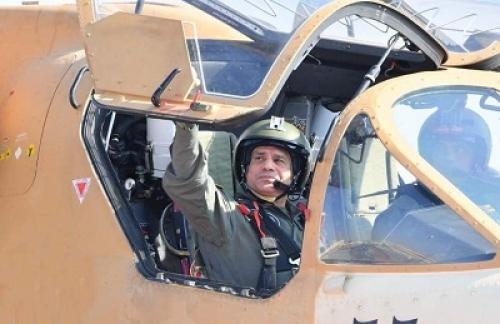 شاهد.. صور ترصد استقلال السيسي لطائرة حربية