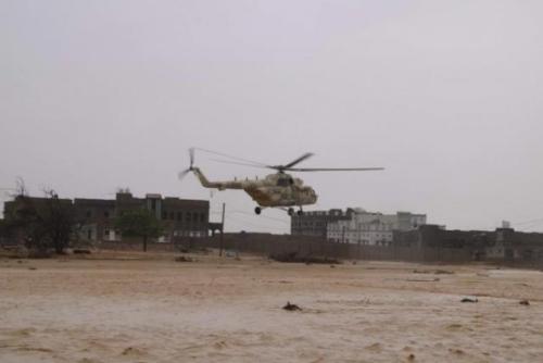 طائرة مروحية تنقذ طالبين حاصرتهما السيول في سيحوت