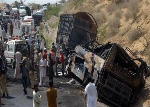 حادث سير عنيف في باكستان يودي بحياة 19 شخصًا