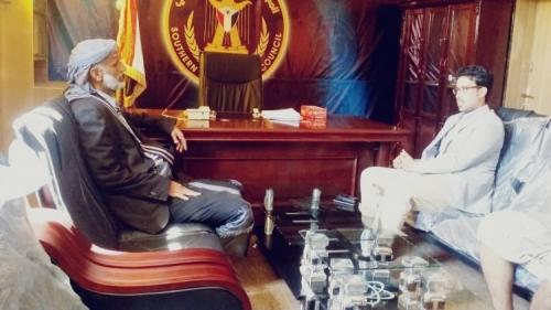 رئيس انتقالي شبوة يلتقي نائب رئيس دائرة العلاقات الخارجية بمدينة عتق