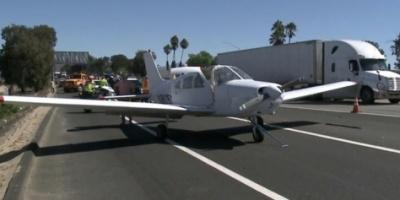 شاب يهبط اضطرارياً بطائرة على طريق سريع في أمريكا بشكل بطولي