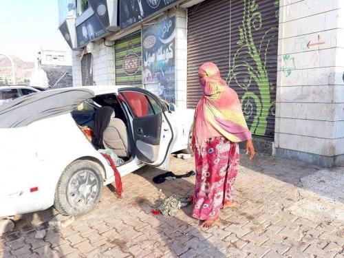يعيشون في سيارة.. أم خالد وأطفالها حالة تعكس مؤساة نازحي الحديدة في عدن