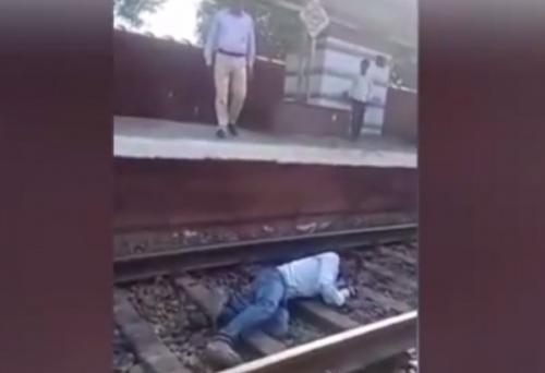 بالفيديو.. نجاة هندي من تحت عجلات القطار بأعجوبة