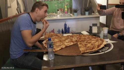 مطعم يتحدى زبائنه.. 500 يورو لمن يتناول بيتزا كاملة