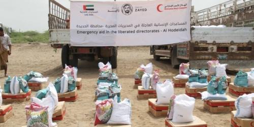 الهلال الأحمر الإماراتي يواصل توزيع المساعدات الإنسانية بالساحل الغربي