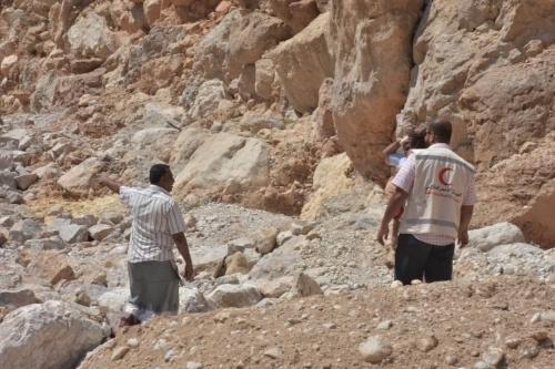 بعد إعصار لبان.. الهلال الأحمر الإماراتي يفك العزلة عن ٧ قرى بالمكلا